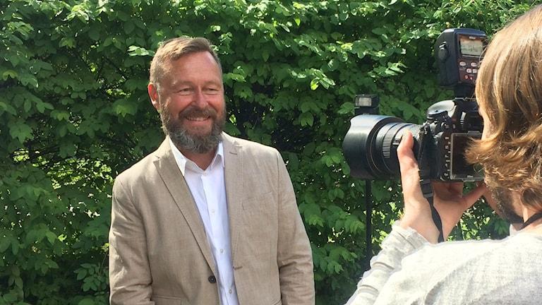 Ruotsin Kansallsimuseon pääjohtaja Berndt Arell on Sammy Steenin valokuvattavana.