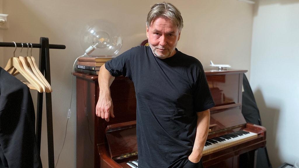 Kapellimestari Esa-Pekka Salonen pianon edessä käsi taskussa.