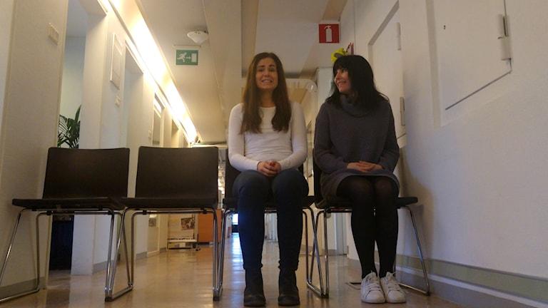 Marika Pietilä och Hanna Paimela Lindberg på Sisuradios korridor.