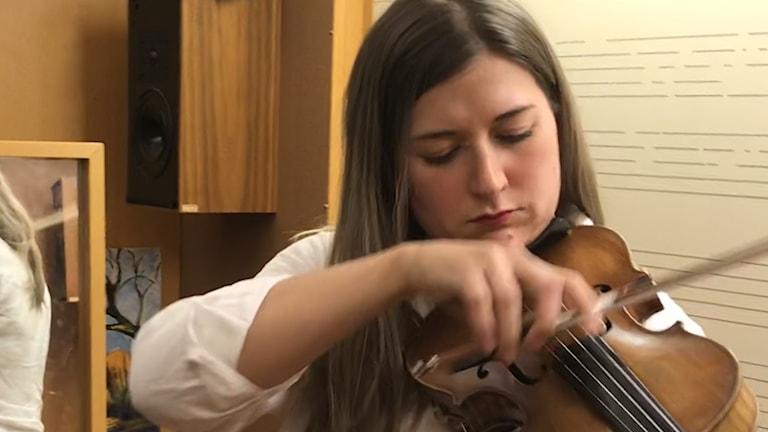 Saana Kähkönen lämmittelee Bachia soittamalla.
