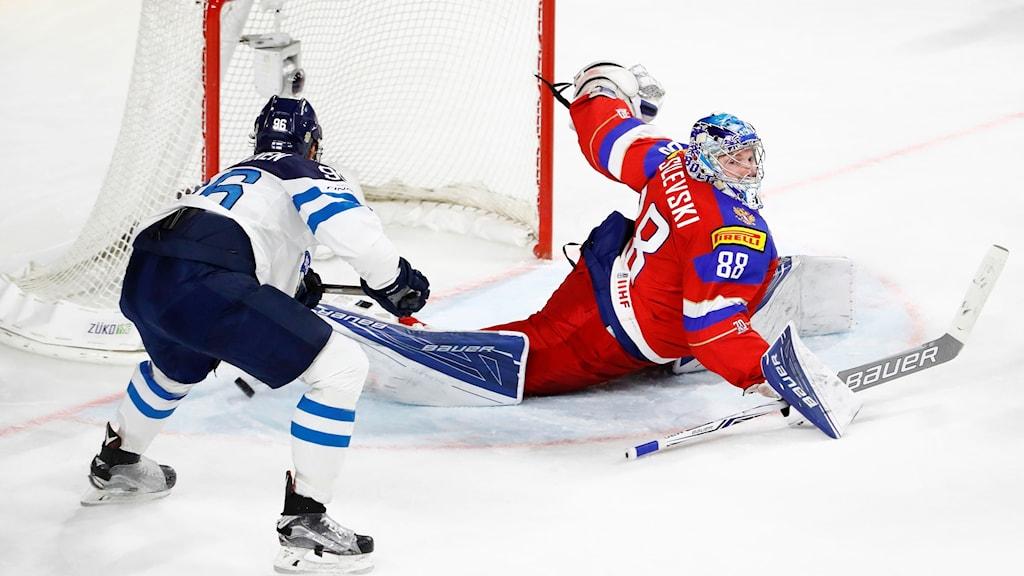 Kubassa vasemmalla oleva Suomen hyökkääjä Mikko Rantanen kuljettaa kiekon Venäjän maalin, maalivahti Andrei Vasilevskin selän taakse. Kuva: Odd Andersen.