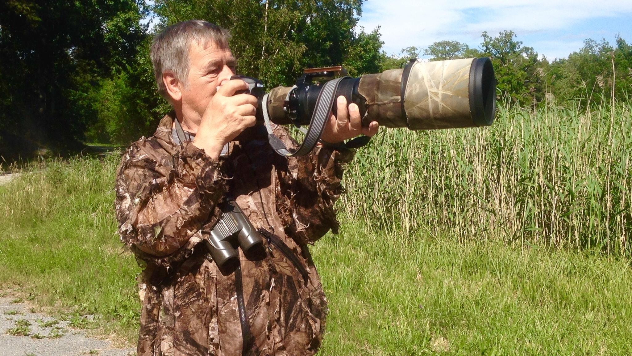 Pekka Pulsa tähtää lintuja kamerallaan