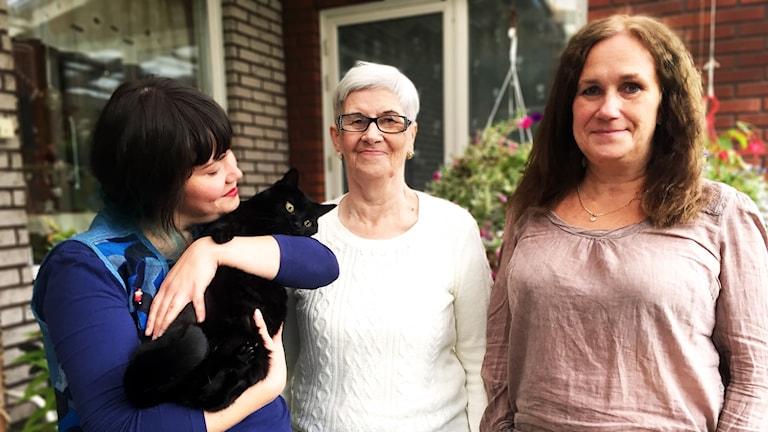 Tre generationer av kvinnor och en katt