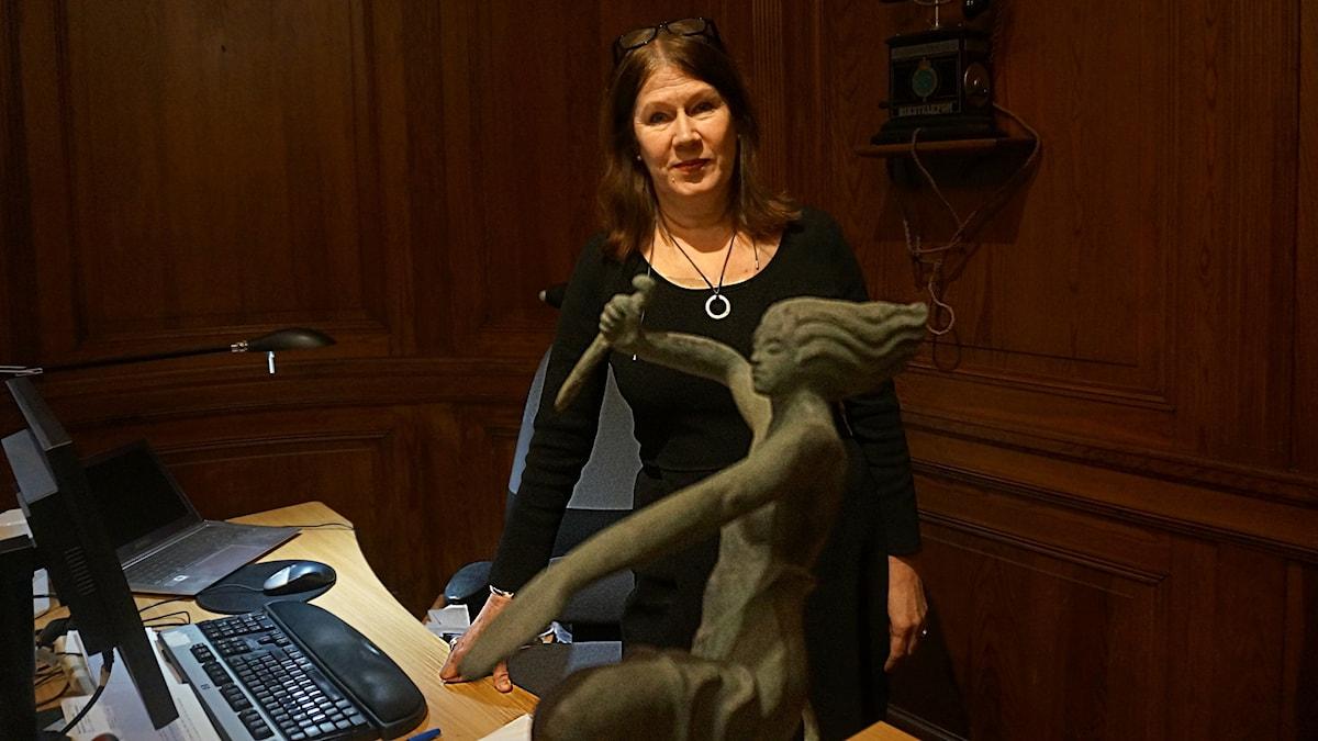 Hallwyllin museonjohtaja Heli Haapasalo työhuoneessaan.