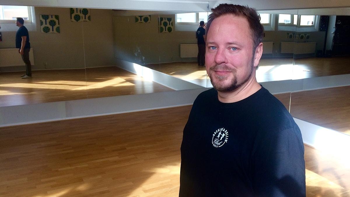 Janne Niskanen tanssisalissa.