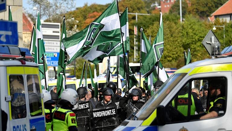 Pohjoismaisen  vastarintaliikkeen mielenosoitus ja poliiseja
