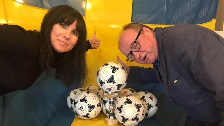 Hanna Lindberg ja Jorma Ikäheimo jalkapallojen ja Ruotsin lipun kanssa