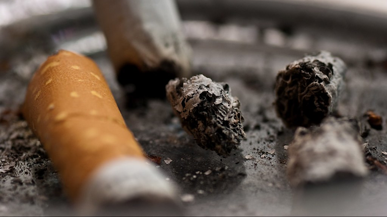 Tupakantumppeja tuhkakupissa