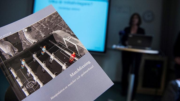 Kuvassa Brån ottelumanipulaatiosta julkaisema kirjanen vuodelta 2014.