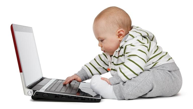 En bebis med en dator