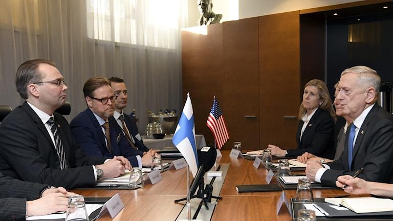 Suomen puolustusministeri Jussi Niinistö ja USA:n puolustusministeri James Mattis neuvottelemassa puolustusyhteistyöstä.