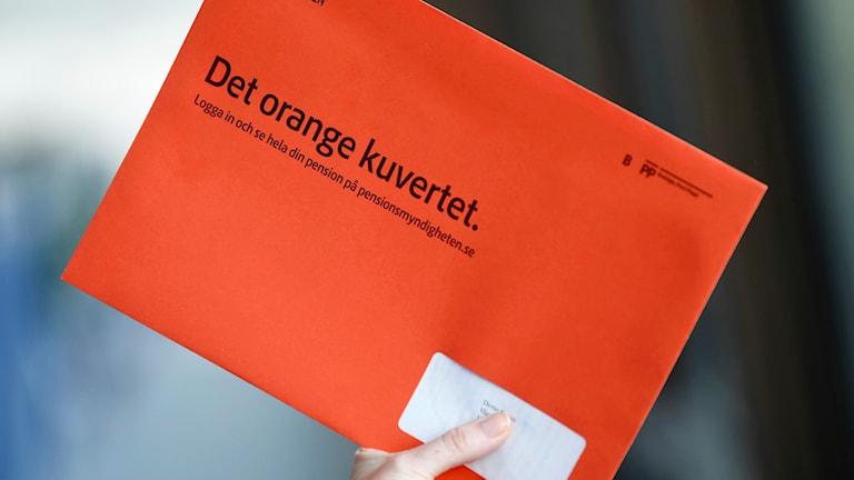 Oranssi kirjekuori.