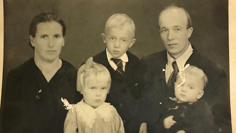 Mustavalkoinen valokuva Antti Rokan perheestä.