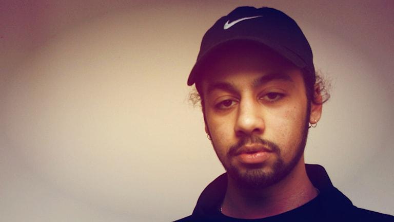 Muusikko Biniyam Schelling musta Nike-lippis päässään.