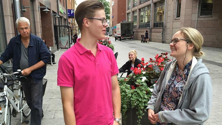 Opiskelijat Samuel Hartikainen ja Anniina Penttilä viihtyvät Uppsalassa