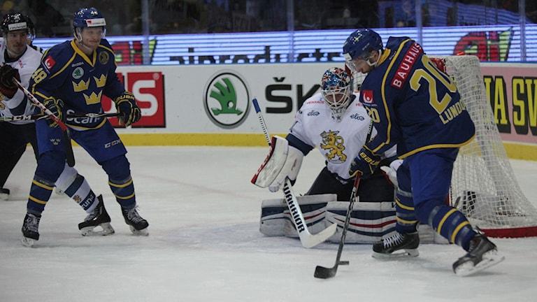 Kuvassa Ruotsin pelaajat yrittävät tehdä maalia Suomen päädyssä.