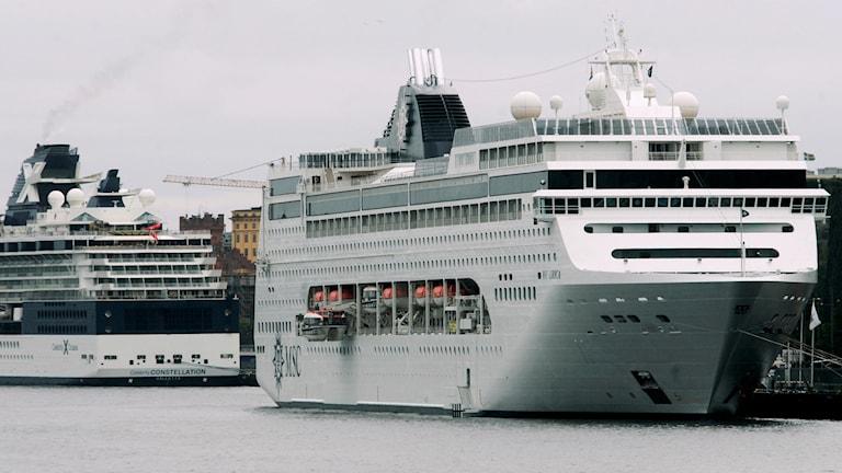 Två kryssningfartyg i hamn.