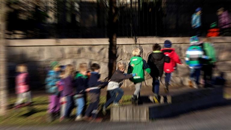 Lapsia leikkimässä välitunnilla