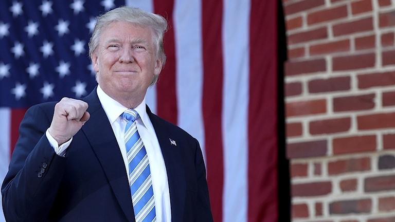Donald Trump framför amerikanska flaggan