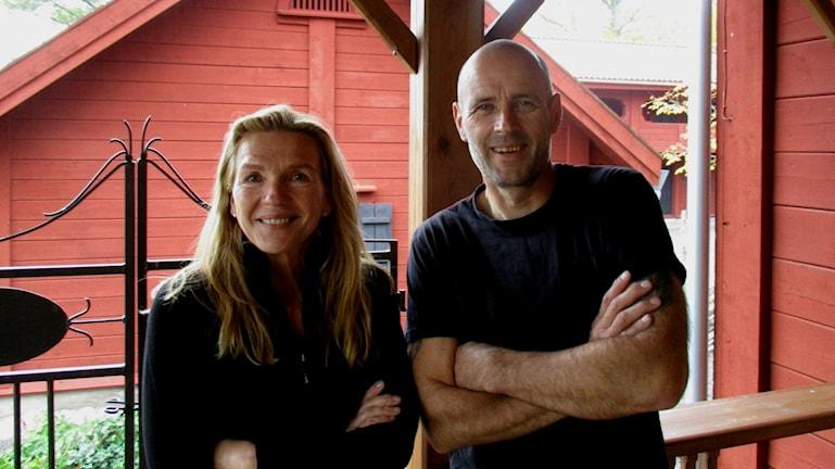Irma ja Olli Lehtikangas oman talon kuistilla.