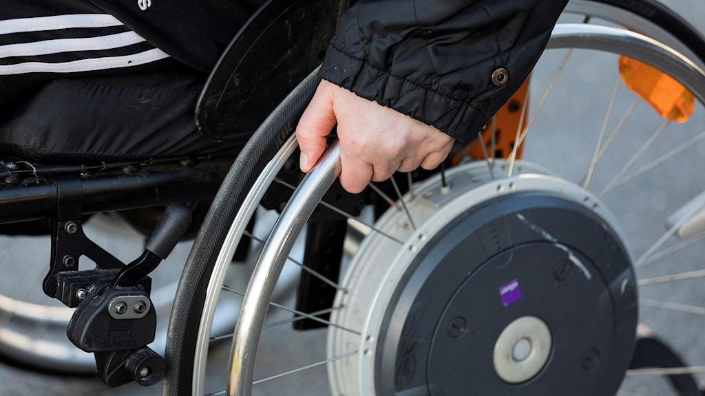 Kuvassa käsi pitää kiinni pyörätuolin pyörästä: Foto: Kallestad, Gorm/NTB scanpix.