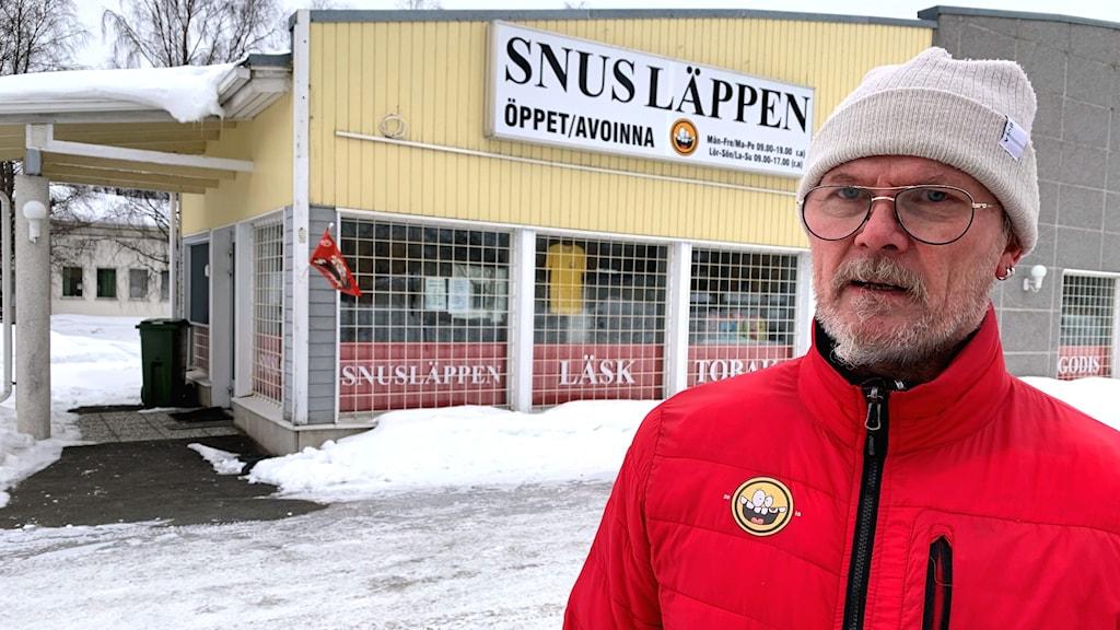 En man framför en butik