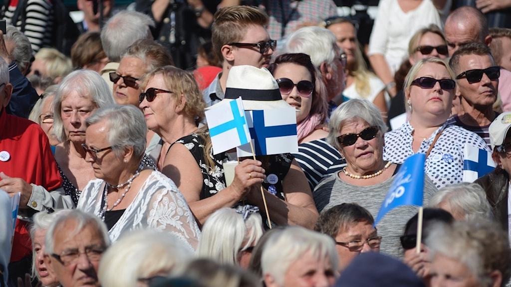 Ihmisiä Tukholman Kungsträdgårdenissa Suomi100 -juhlissa.