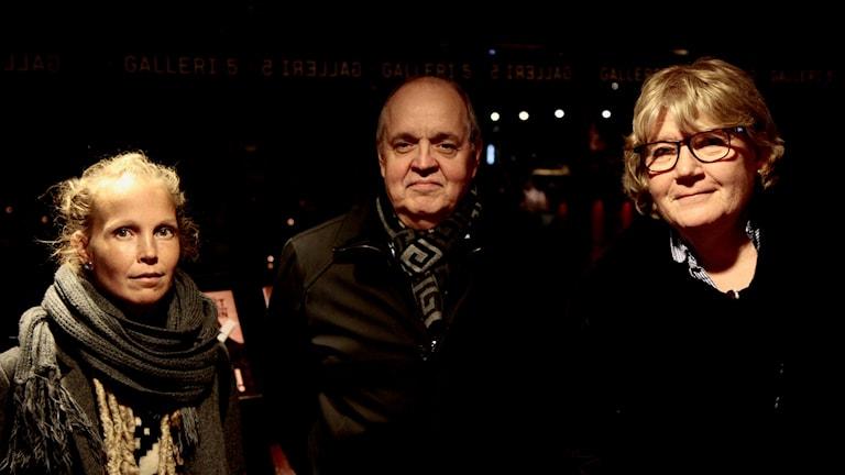 Lukupiiriläiset Hanna Hallakumpu ja Keijo Knutas keskustelivat kirjailija Jaana Johanssonin kanssa hänen kirjastaan Olivinväirnen reppu.