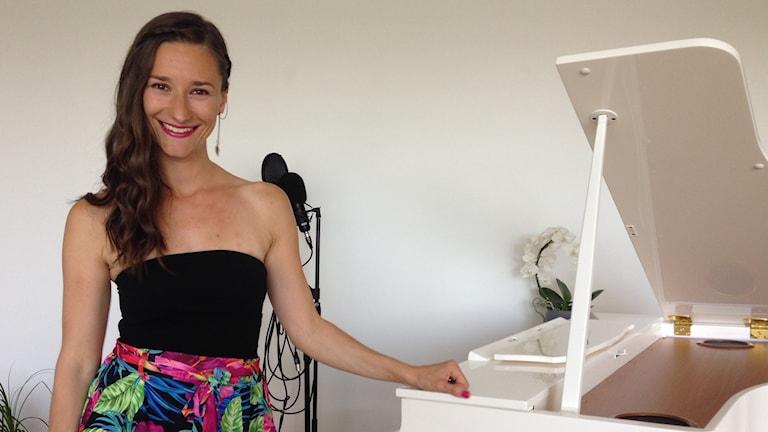 Laulaja, pianisti ja lauluntekijä Lucie Niemelä pianonsa ääressä kotona Malmössä.