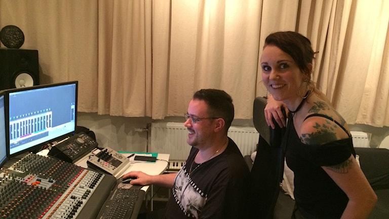 Sonja Skibdahl ja Daniel Pecovnik kuuntelevat, miltä otokset kuulostavat. Suomenkielisen materiaalin kanssa he ovat erityisen huolellisia.
