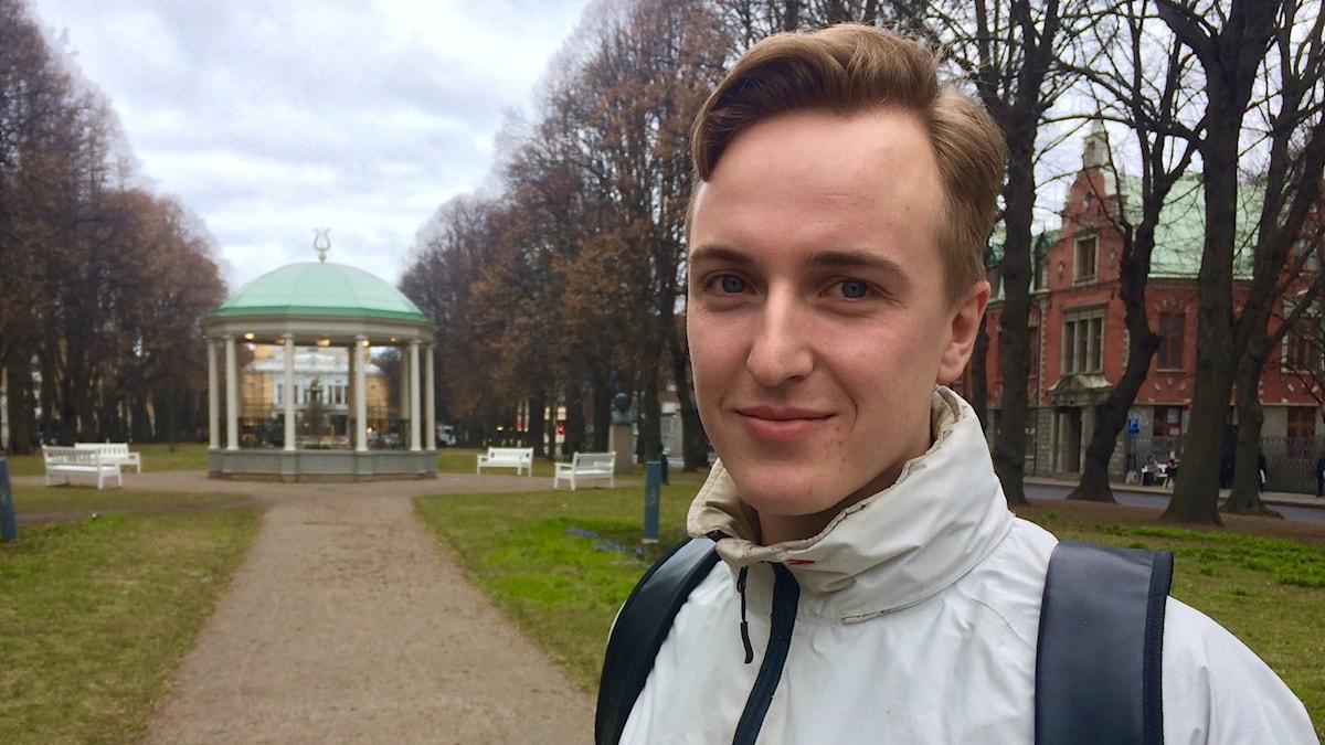 Teppo Lipsanen seisoo puistossa Gävlessä.