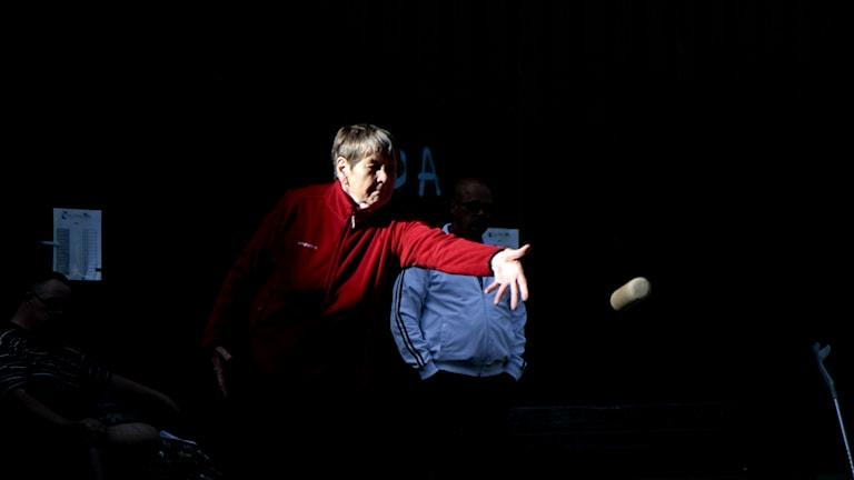 Karin Herzog heittää mölkkyä