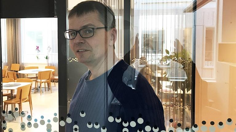 Mika Pohjola  Kuninkaallisen Musiikkikorkeakoulun työhuoneensa lasiseinän takana.