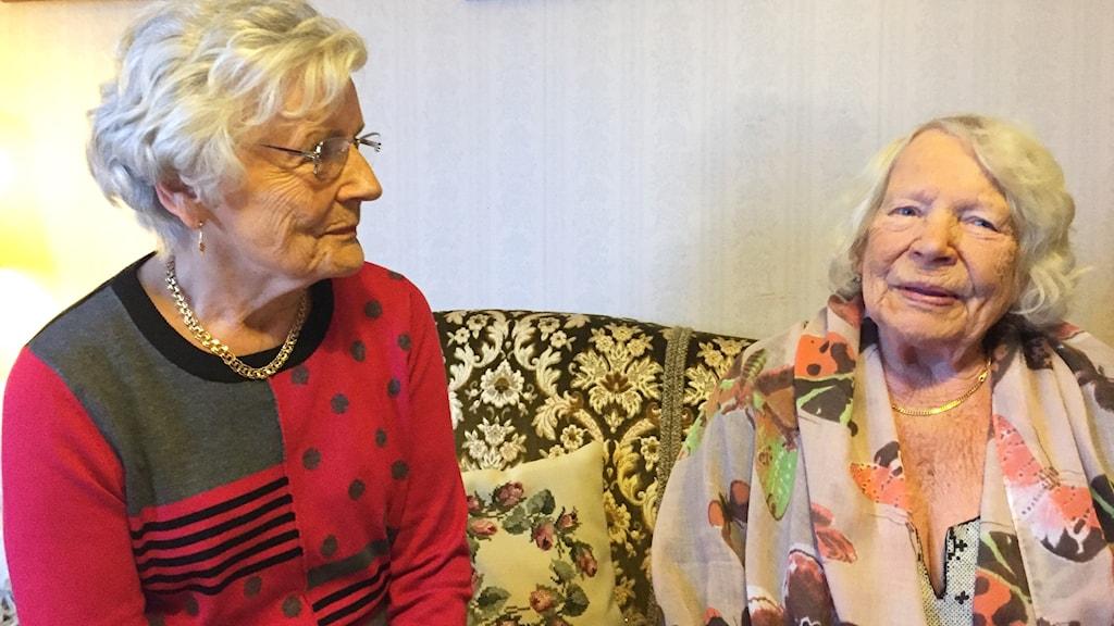 Syskonen Eeva Servelius ja Pirkko Konsti i soffan hemma hos Pirkko.