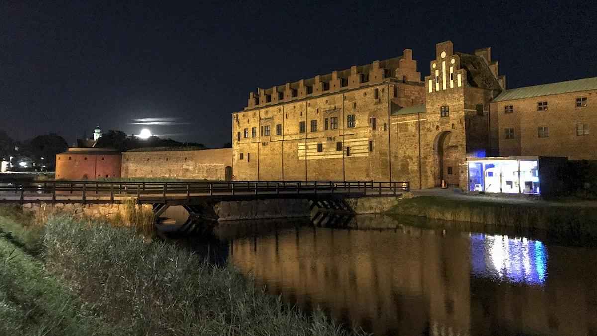 Fullmåne bakom Malmöhus slott.
