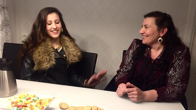 Tytär Aila ja äiti Satu Grönstrand juhlivat romanien kansallispäivää.
