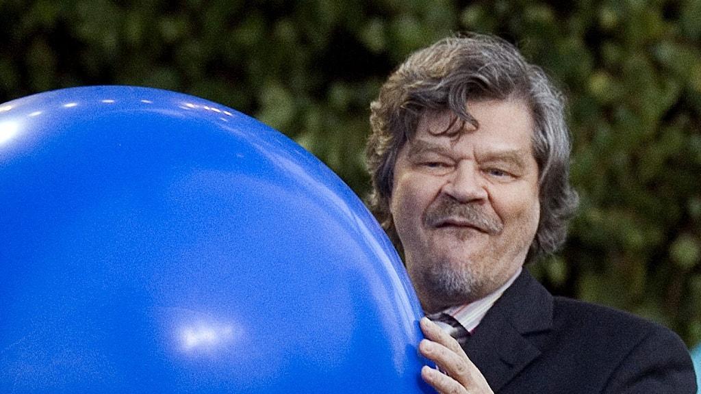M.A. Numminen suuri pallo käsissään.