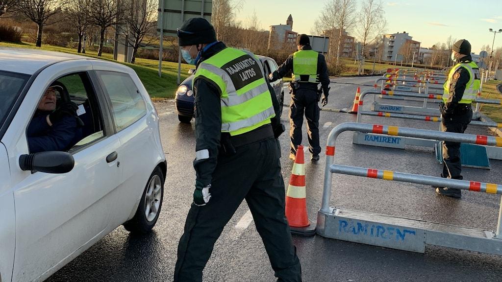 Suomen rajavartiolaitos valvomassa rajaliikennettä Tornion rajanylityspaikalla.