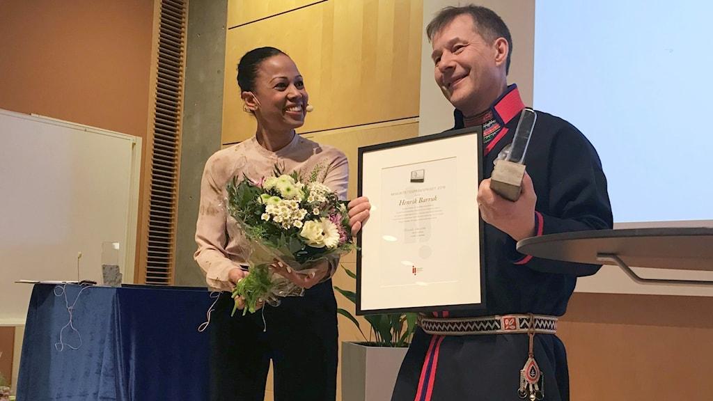 Alice Bah Kuhnke delade ut priset till Henrik Barruk.