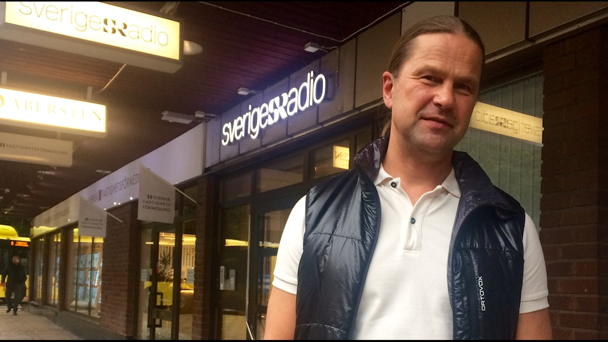Homeopaatti Kari Kokko Seriges Radion edessä.