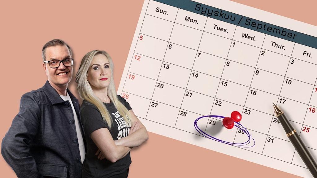 Programledarna står bredvid en stor kalender där 29/9 är omringad och markerad med ett häftstift.