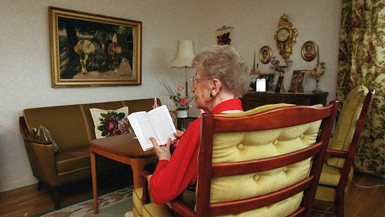 Äldre kvinna, åldring, läser en bok.