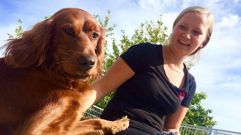 Saara Kurvinen koiran kanssa.