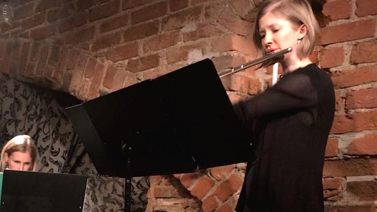 Miia Roiko Jokea soittaa huilua keskiaikaisessa kellariholvissa.