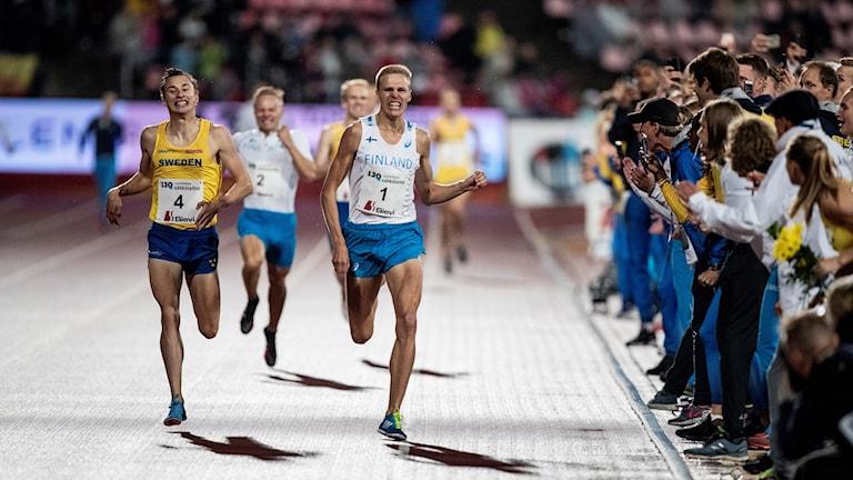 Kuvassa Topi Raitanen kirii voittoon 1500 metrin juoksussa.