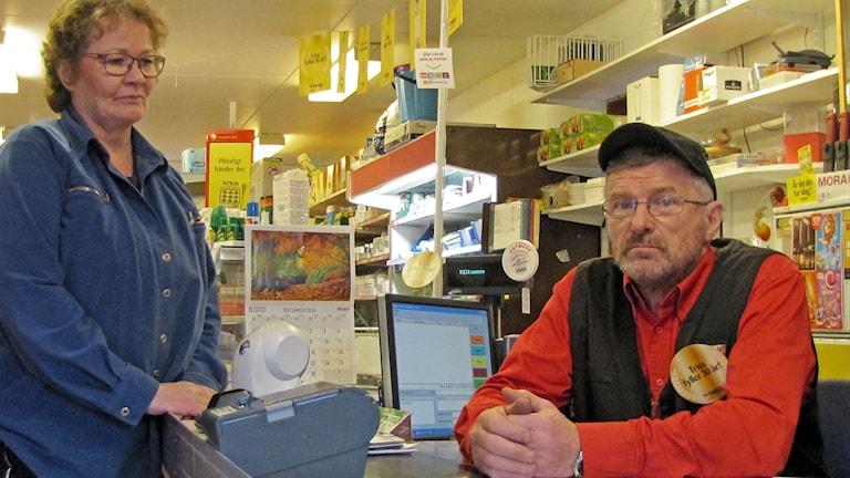 Arja ja Åke Kuoppa pyörittävät kauppaa Kitkiöjärvellä, missä on enää viisikymmentä asukasta.