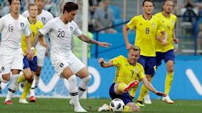 Ruotsi ja Etelä-Korea taistelevat pallosta.
