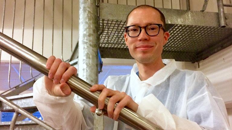 Pekka Kejo työvaatteissaan, valkoisessa paperitakissa.
