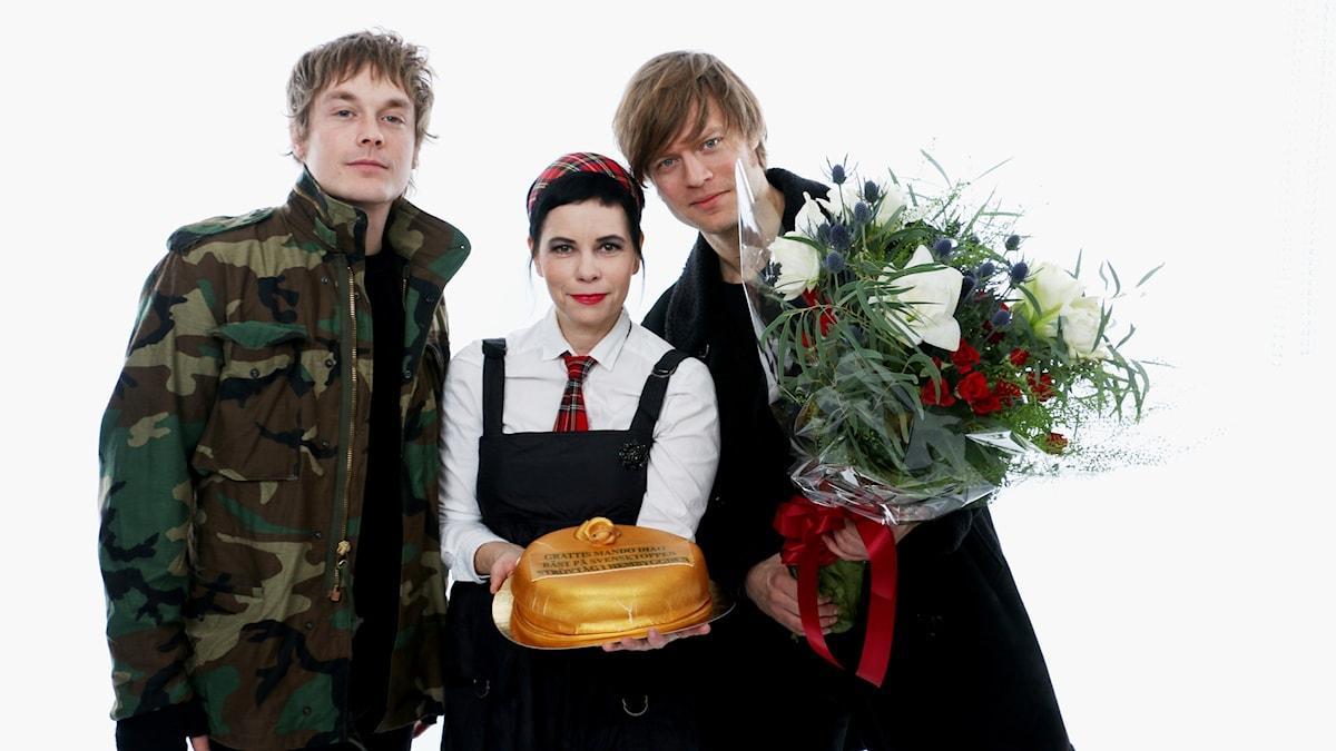 Mando Diao och Carolina Norén tillsammans med Guldtårtan.