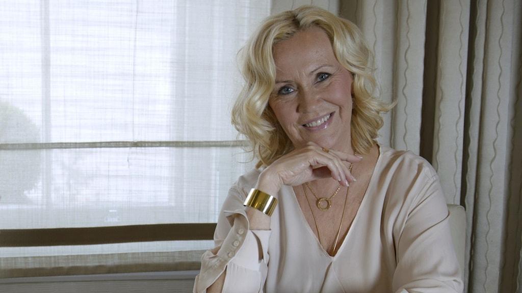 """""""Det är väldigt mycket ABBA-sound"""" Agnetha Fältskog berättar för programledaren Carolina Norén om varför Svensktoppen har en speciell plats i gruppens hjärtan, lyckan efter fansens hyllningar och varför hon än idag är restriktiv med intervjuer."""